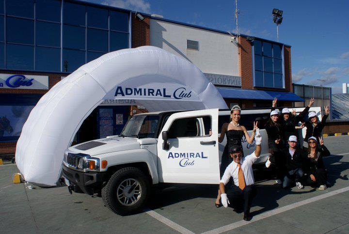 Hummer limousine bianco durante evento per pubblicità del brand Admiral Club con lo staff della promozione