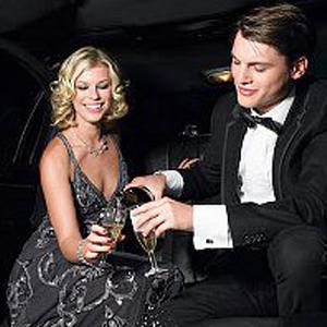 Coppia brinda felice nella limousine