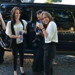 Ragazze brindano divertite durante una sosta in limousine al Gianicolo