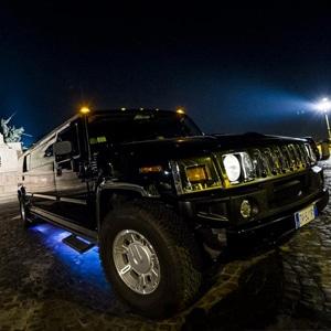 Hummer limousine nero con neon sotto scocca illuminati adibito al noleggio su Roma