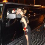 coppia felice brinda durante una sosta con Hummer limousine