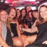 Party di addio al celibato con donne che si divertono nella limousine a Roma