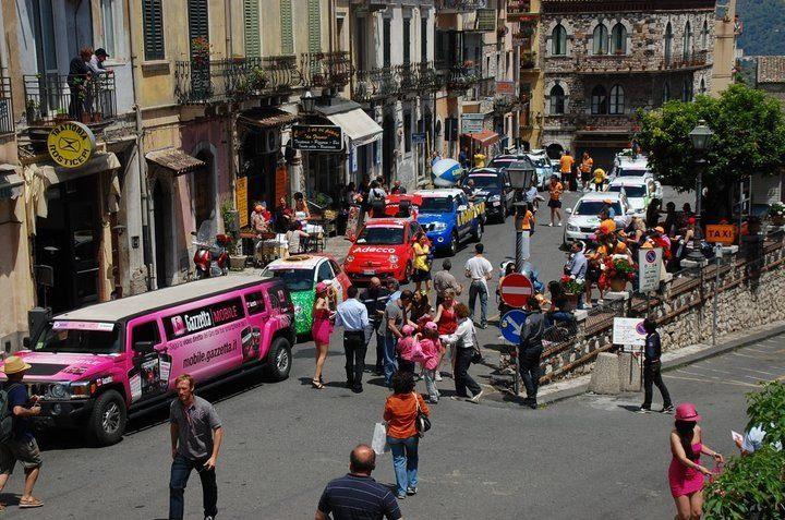 Hummer limousine rosa sponsorizzato Gazzetta mobile durante il giro d'Italia