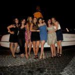 Ragazze sorridenti vicino limousine bianca a Piazza Garibaldi