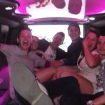 Sei amici che si divertono in Hummer limousine