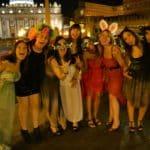 Ragazze indossano gadget durante sosta in limousine a San Pietro