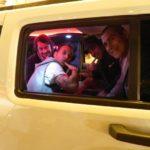 Ragazzi durante festa in Hummer limousine bianco