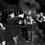 Ragazze stappano bottiglia durante festa in limousine al Colosseo