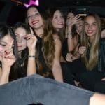 Ragazze si divertono nella limousine